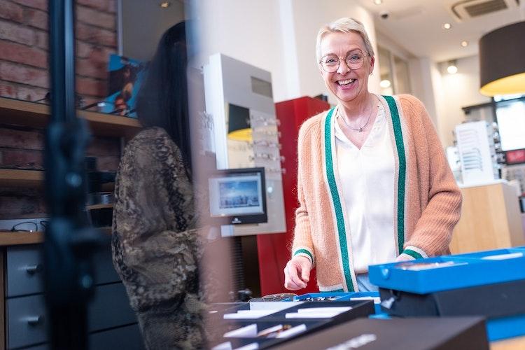 Der UV-Schutz bei Sonnenbrillen ist wichtig, sagt Katharina Siemer von OPTICUS Brillen & Kontaktlinsen, Vechta. Foto: Timo Lutz, Werbefotografie