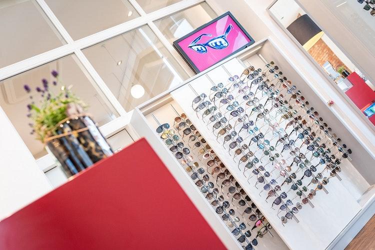 Sonnenbrillen in allen Formen und Facetten bietet OPTICUS in Vechta. Foto: Timo Lutz Werbefotografie