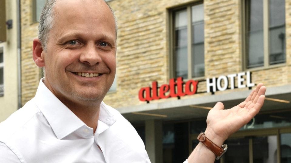 Willkommen: Geschäftsführer Hendrik Kröger aus Steinfeld vor dem neuen aletto. Foto: M. Niehues