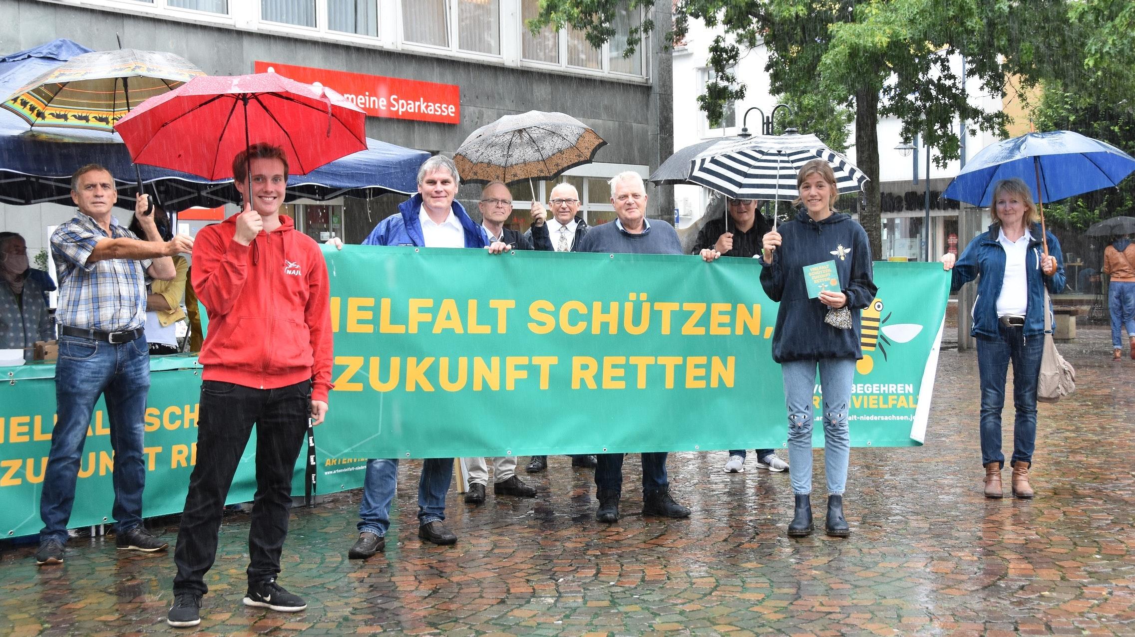 Auftakt des Volksbegehrens in Vechta: Vertreter des Aktionsbündnisses präsentierten die Initiative auf dem Neuen Markt. Foto: Tzimurtas