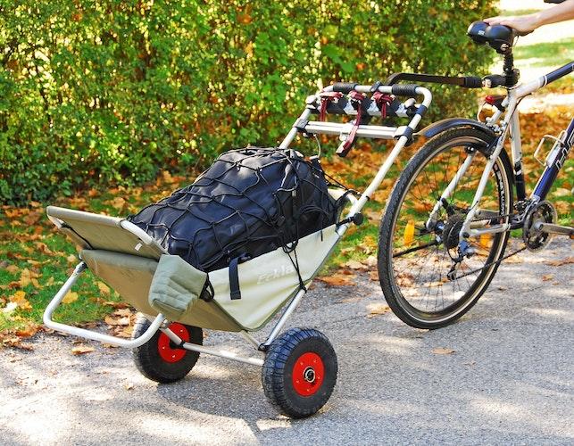 Mit einer nachrüstbaren Fahrraddeichsel lassen sich Transporthilfen auch als Fahrradanhänger nutzen. Foto: djdEckla