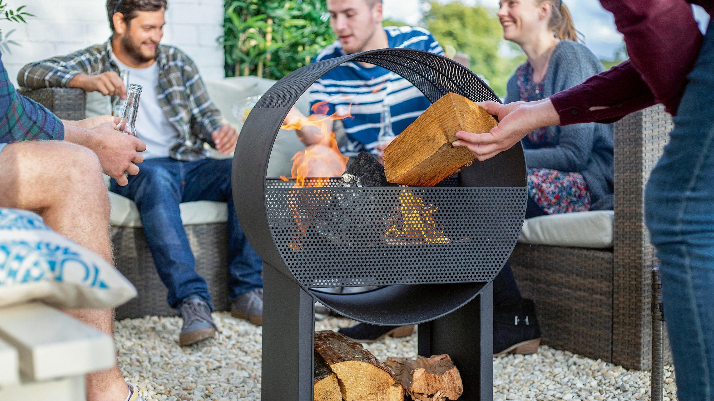 Gemütlich zusammen sitzen und dem Feuer zusehen: Das Modell Porthole überzeugt durch seine moderne Bauweise und lässt einen tollen Blick auf das Feuer zu. Metallgitter oben und an den Seiten vermindern den Funkenflug. Foto: epr/Buschbeck