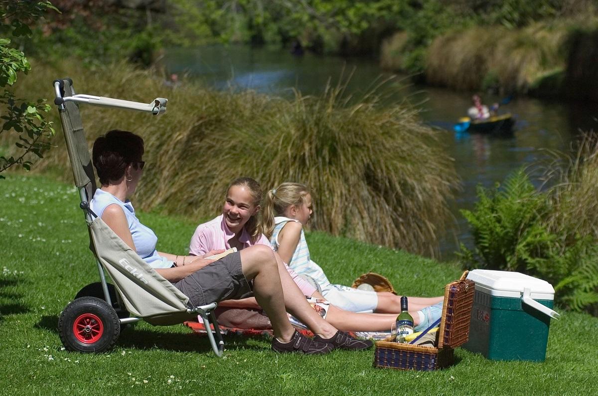 Zu einem Picknick am See gehört auch eine bequeme Sitzgelegenheit. Foto: djd/Eckla <br>