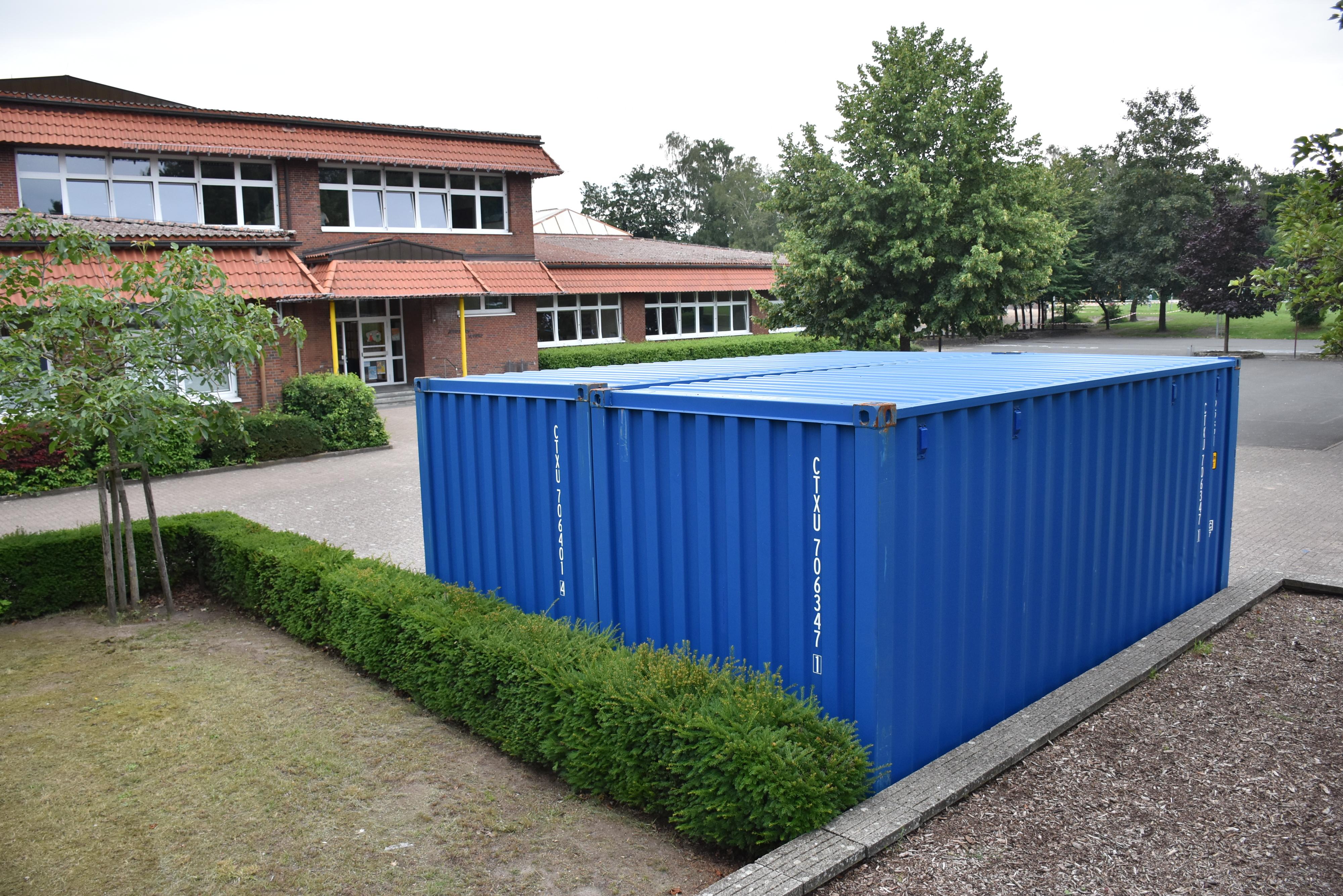 Bereits seit Dienstagmorgen stehen zwei blaue Container auf dem Schulgelände (Richtung: Bushaltestelle). Dabei handelt es sich um Module zur Einlagerung von Schulmaterialien. Foto: Timphaus