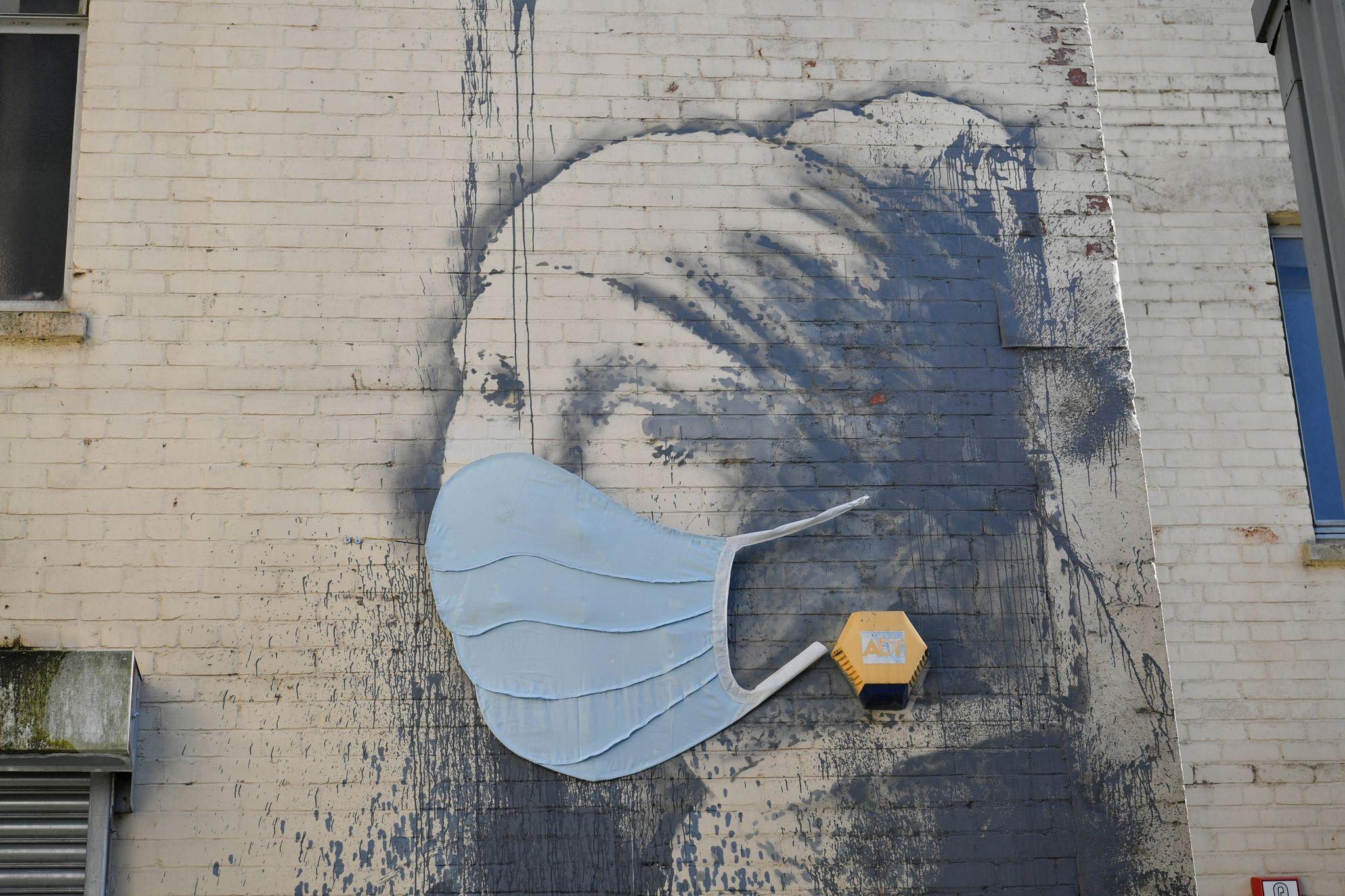 """Das Wandgemälde """"Das Mädchen mit dem Perlenohrring"""" in Bristol, das von Banksy stammen soll, hatte als Reaktion auf die Coronavirus-Pandemie erst vor Kurzem eine Gesichtsmaske bekommen. Foto: dpa/Ben Birchall/PA Wire"""