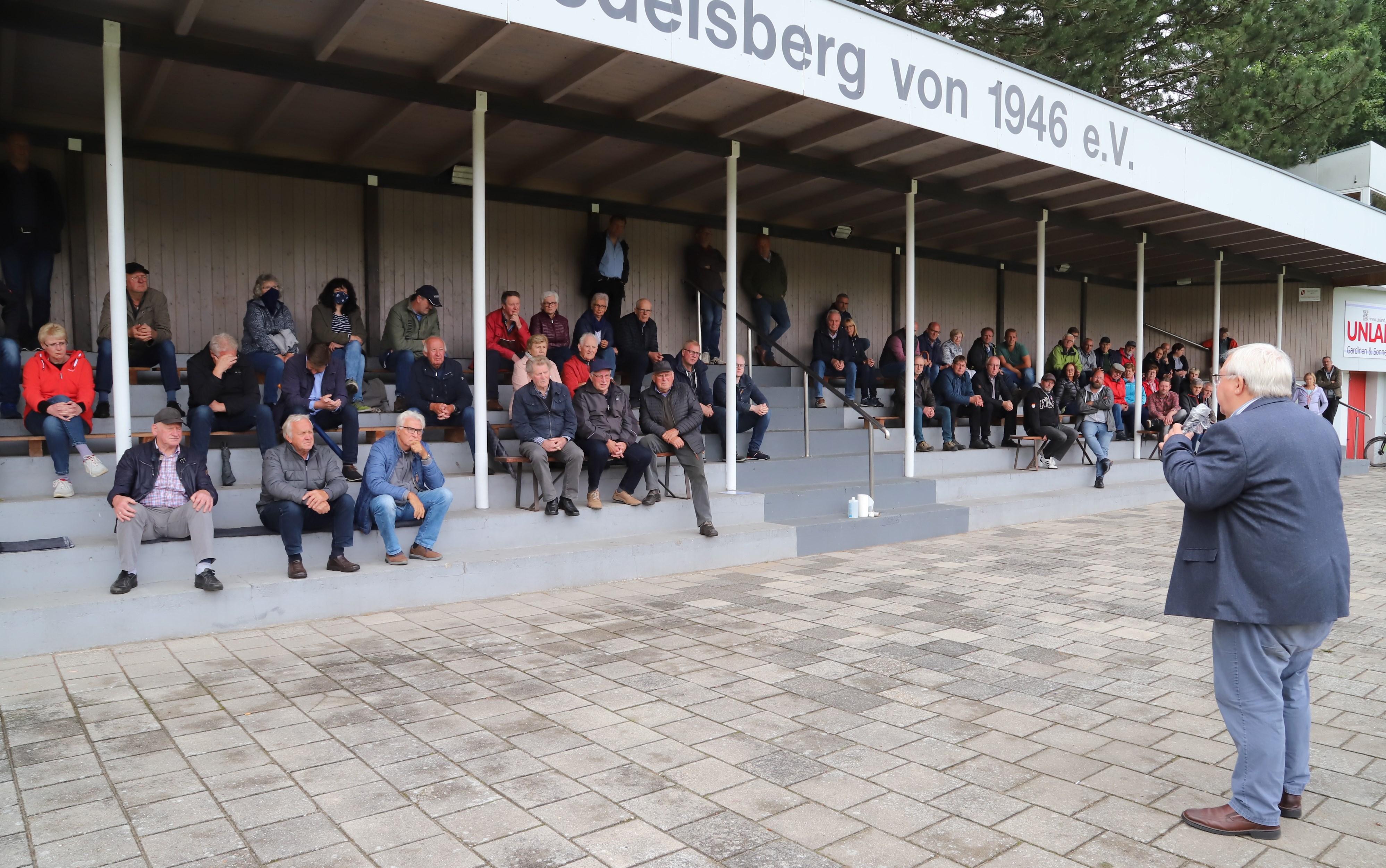 Erhitzte Gemüter: Auf der Tribüne des FC Sedelsberg entbrannten heftige Diskussionen. CDU-Ratsherr Bernd Benten (rechts) fand ebenfalls klare Worte.Foto: M. Passmann