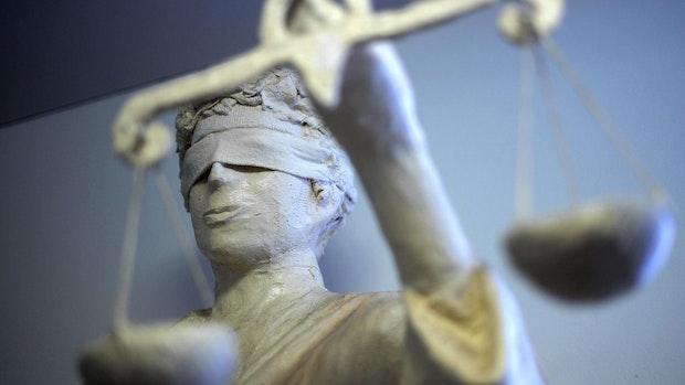 Minutenlang gewürgt: 51-Jähriger wegen Mordes angeklagt