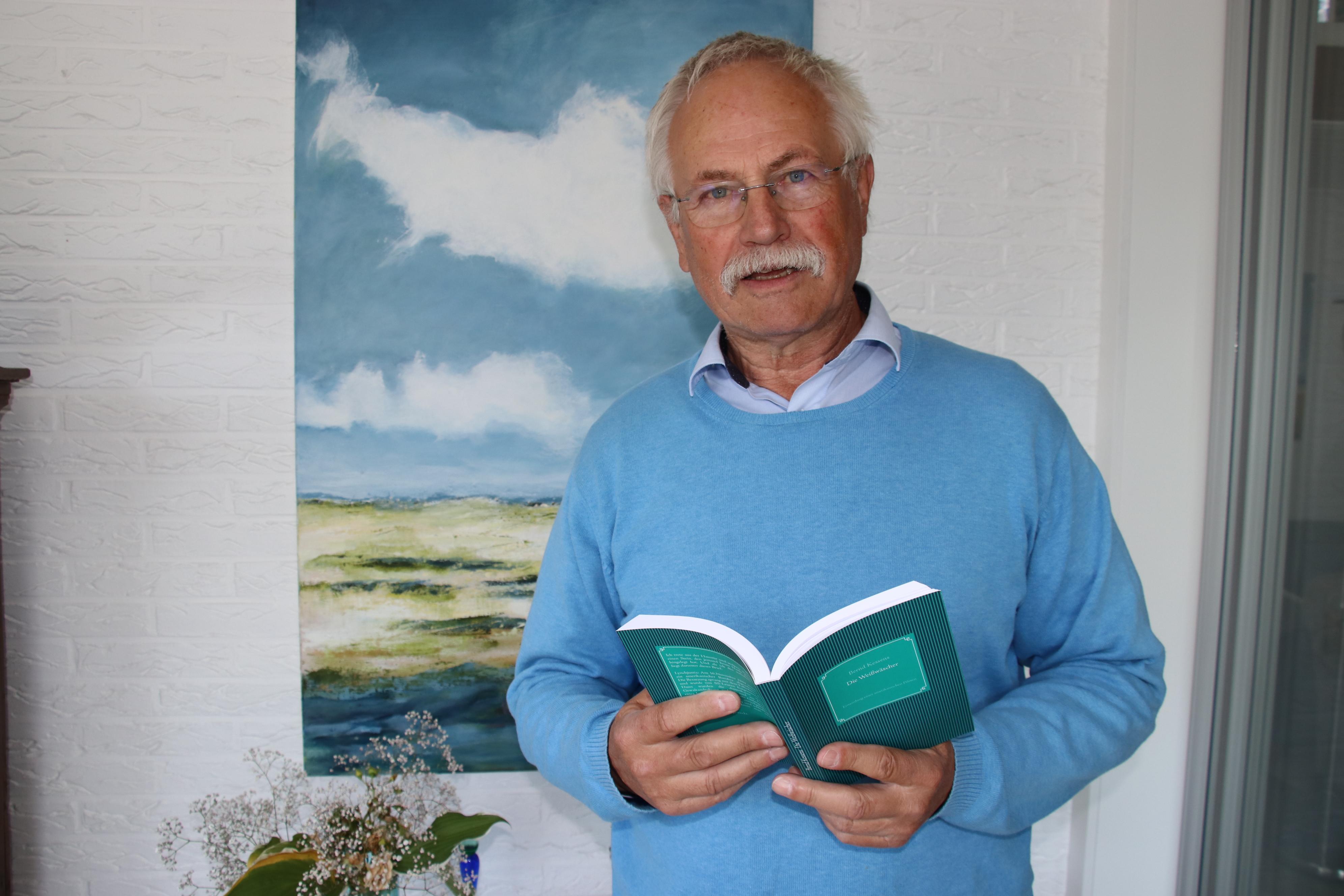"""Ernster Stoff, überraschendes Ende: Bernd Kessens hat seinen neuen Roman """"Die Weißwäscher"""" veröffentlicht. Er nimmt den Leser mit in die Jahre 1936 bis 1965. Foto: Lammert"""