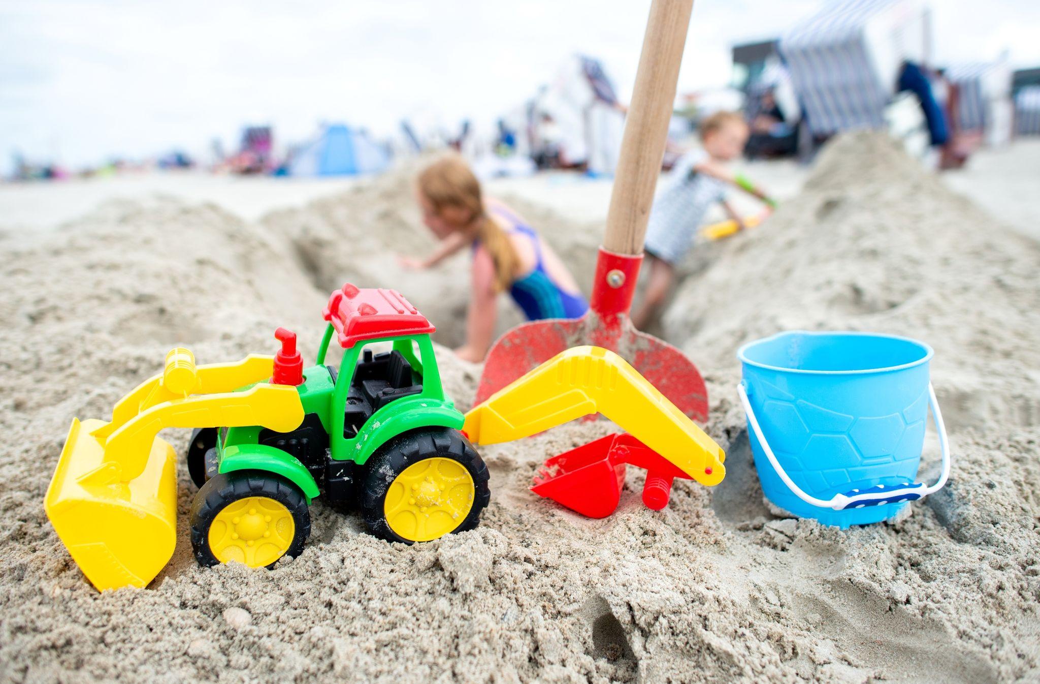 Ab in den Urlaub: Viele Familien verbringen in Corona-Zeiten die Ferien im eigen Land - etwa an der niedersächsischen Nordseeküste. Foto: dpa