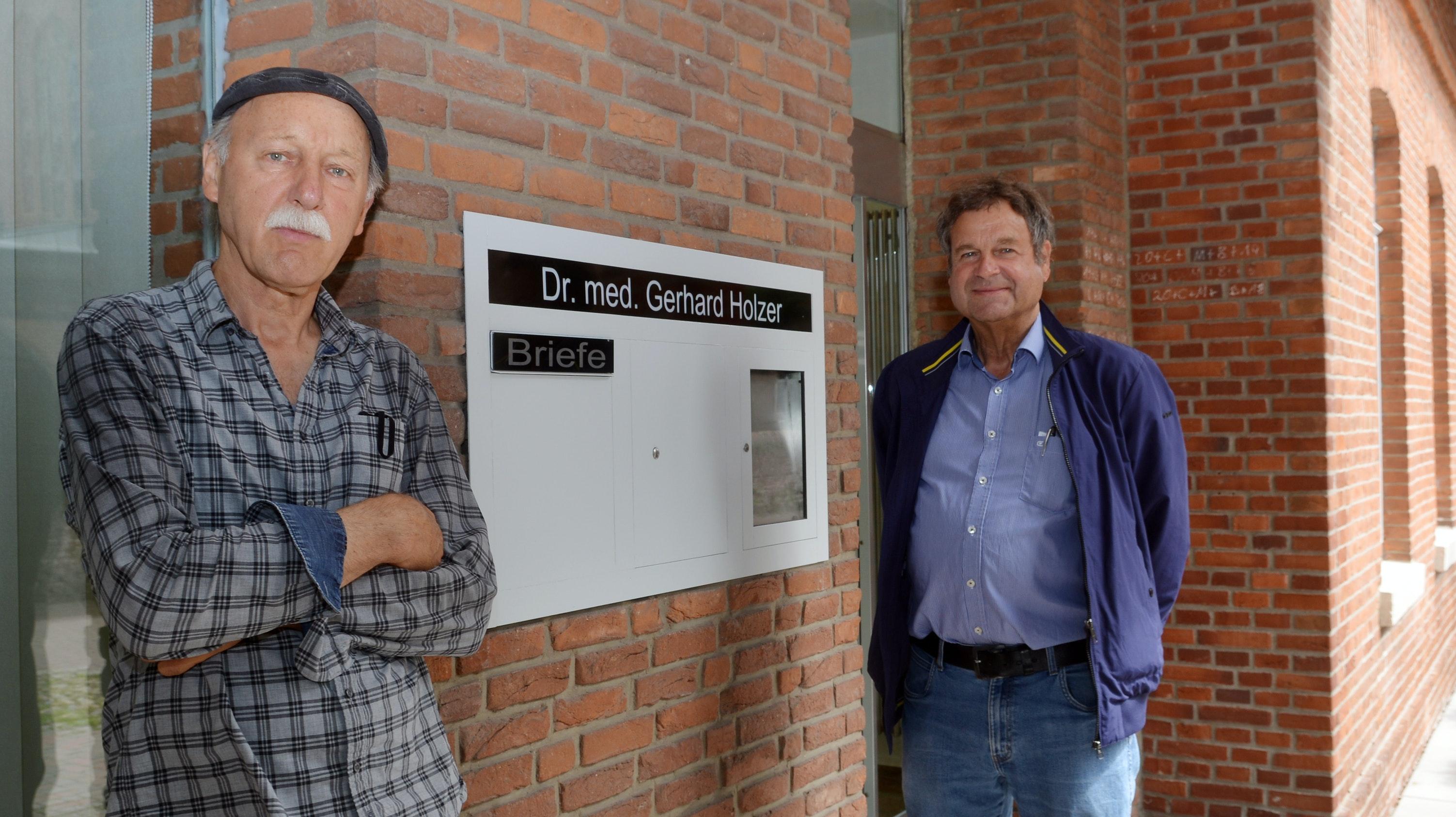 Neues Domizil: Dr. Gerhard Holzer (rechts)richtet seine neuen Behandlungsräume, die auf Dauer Gemeinschaftspraxis werden sollen, in der Kirchstraße im Haus von Hermann Möhlenkamp ein. Foto: W. Siemer
