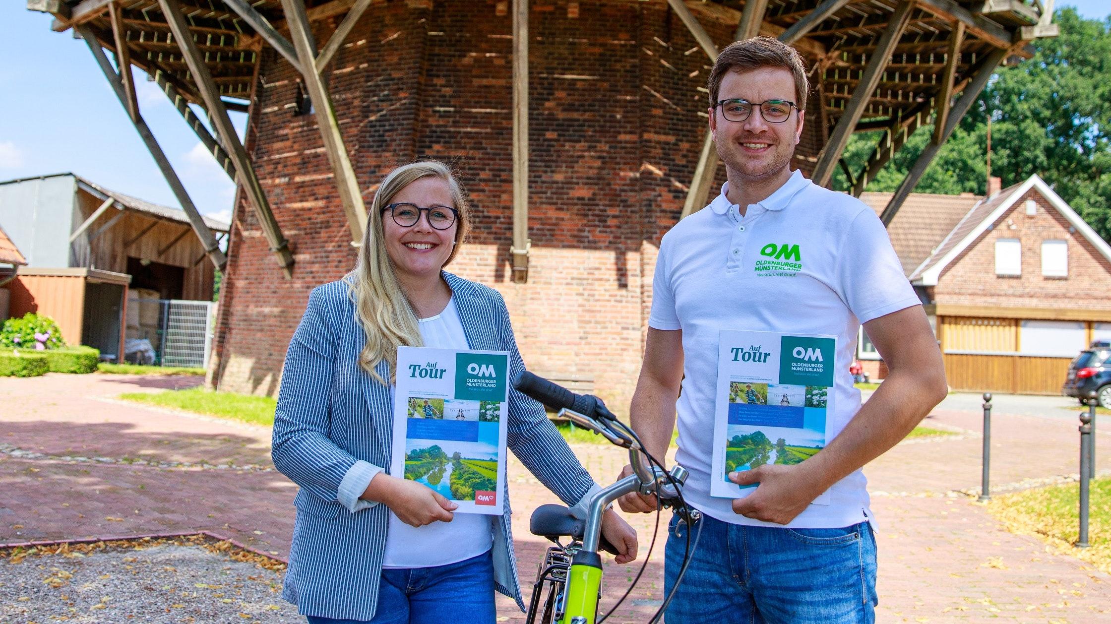 Präsentieren das Magazin: Gesche Lindner und Johannes Knuck vom Verbund Oldenburger Münsterland.Foto: © om-tourismus.de