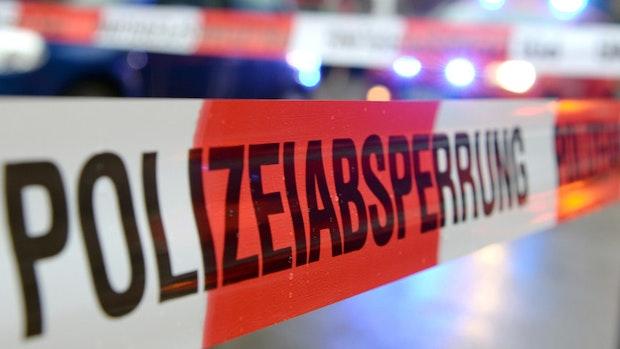 B 72: 24-jähriger Autofahrer kollidiert mit Transporter