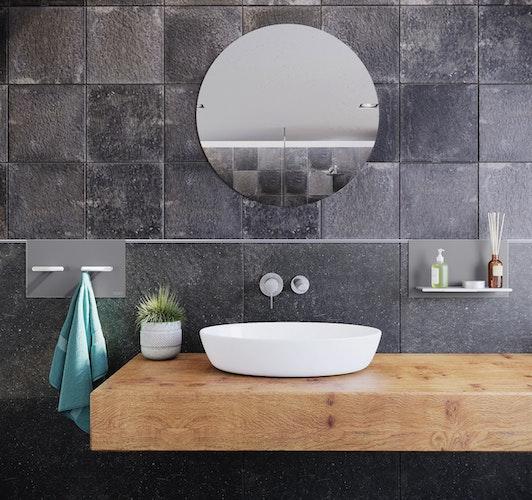 Elegante Ablageflächen, die zur Rinnenabdeckung passen: Schlüter-SHELF bietet praktischen Stauraum an gefliesten Wänden. Foto: eprSchlüter-Systems