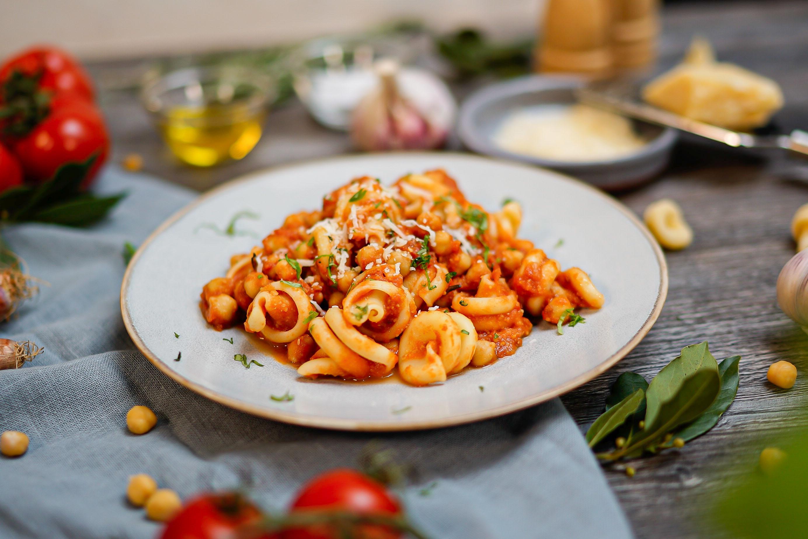 Frische Kräuter, milder Knoblauch, aromatische Tomaten von ORO di Parma und Olivenöl geben der Pasta e Ceci die mediterrane Note. Foto: djd/ORO di Parma