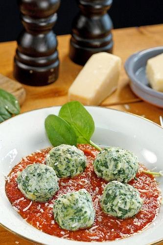Die Malfatti mit Kräuter-Tomatensauce sind schnell gezaubert. Foto: djdORO di Parma