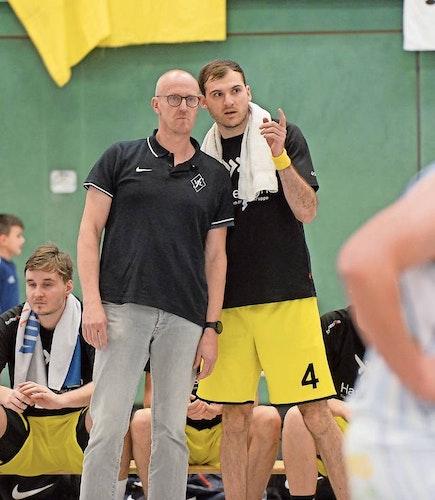 Schmieden Pläne: Coach Guido Thöle (links) und sein spielender Co-Trainer Nils Drees. Archivfoto: Langosch