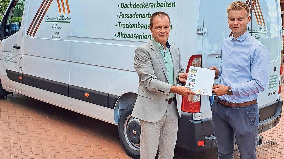 Förderung: Bürgermeister Hermann Block (links) übergibt Jungunternehmer Florian Rolfes am Böseler Firmensitz den Zuwendungsbescheid. Foto: Gemeinde Bösel