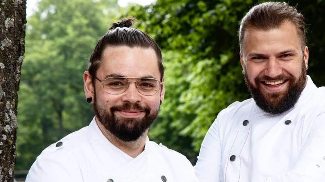 Beste Freunde am Herd: Auszubildender David Niemann (links) und Küchenmeister Sebastian Zantopp. Foto: Petra Breher