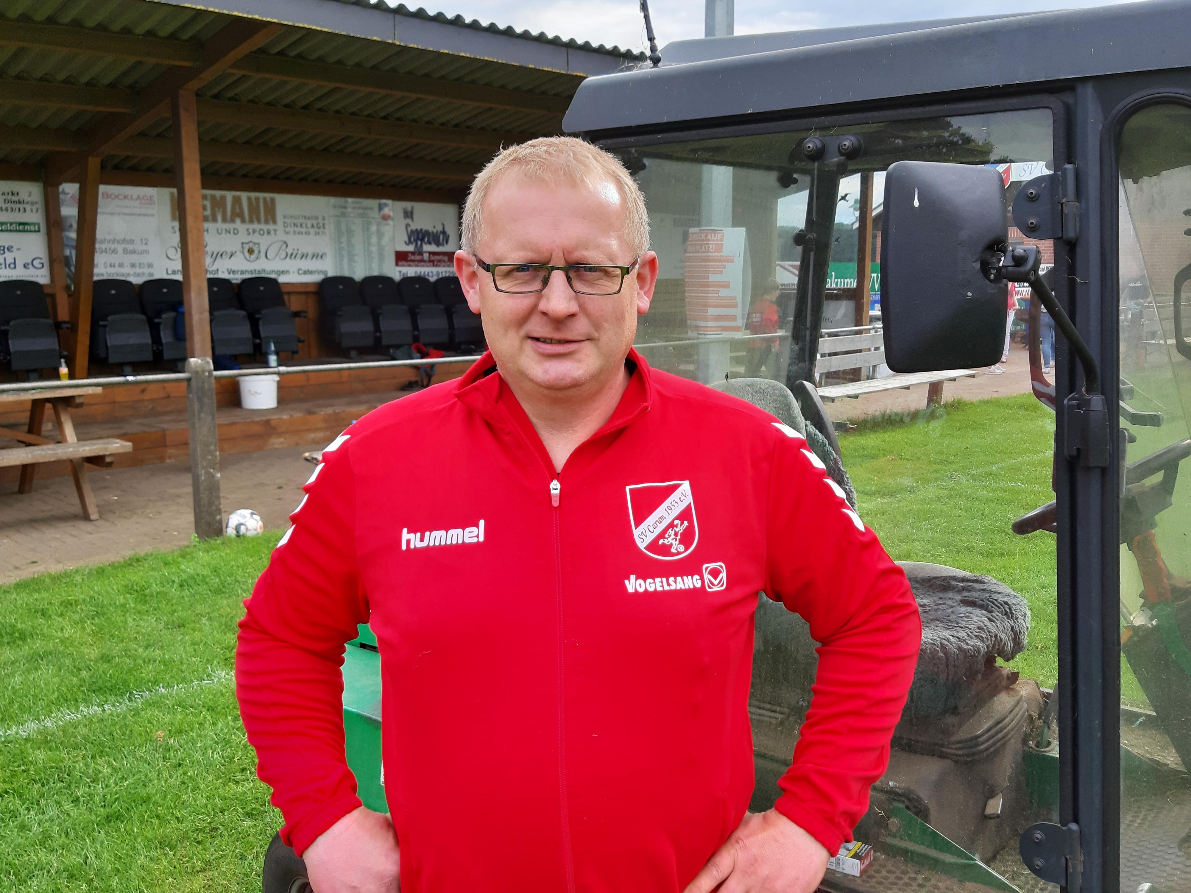 Das Gefährt ist startklar: Carums Platzwart Dieter Averbeck hält die Sportanlage der Ortschaft in Schuss. Dazu gehört selbstverständlich auch die Pflege des Rasens. Foto: Hilgefort