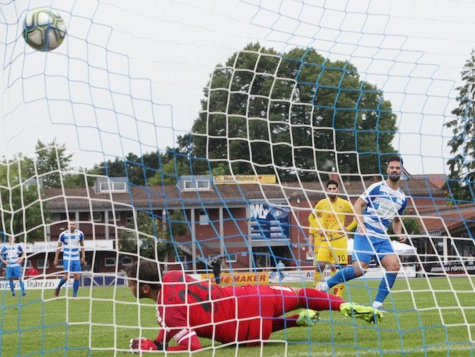 Perfekt geschossen: Nico Gill (rechts) trifft per Elfmeter zum 3:0 gegen Atlas-Keeper Malte Seemann. Foto: Schikora