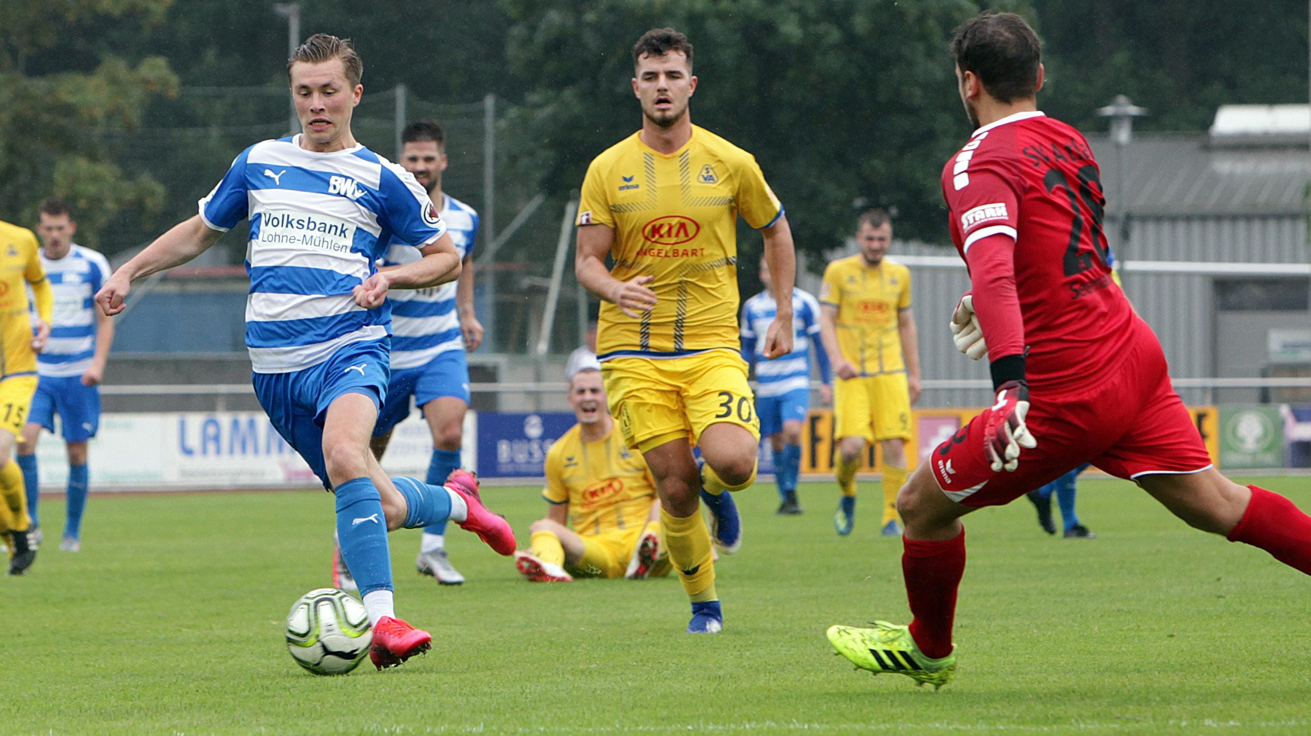 Im Angriff gut unterwegs: Lohnes Torschütze Lennard Prüne (am Ball) entwischt der Atlas-Abwehr. Foto: Schikora