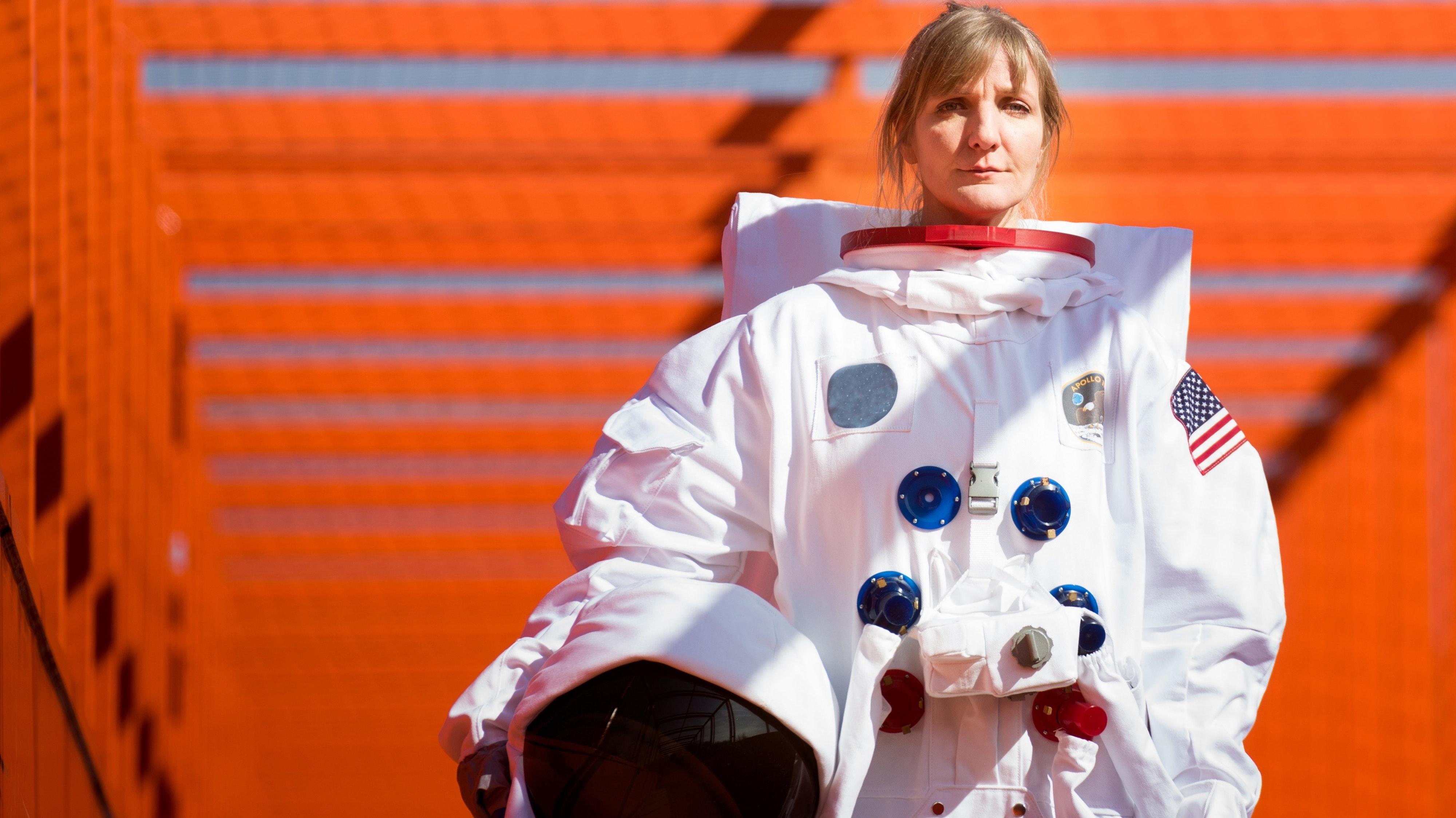 """""""Liebling der Schwerkraft"""": Für ihr aktuelles Programm ließ sich Katinka Buddenkotte als Astronautin ablichten. Copyright: palmpictures"""