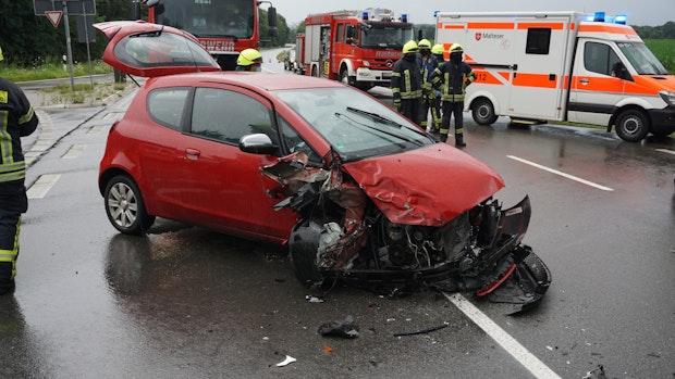 Drei Männer werden bei Unfall leicht verletzt
