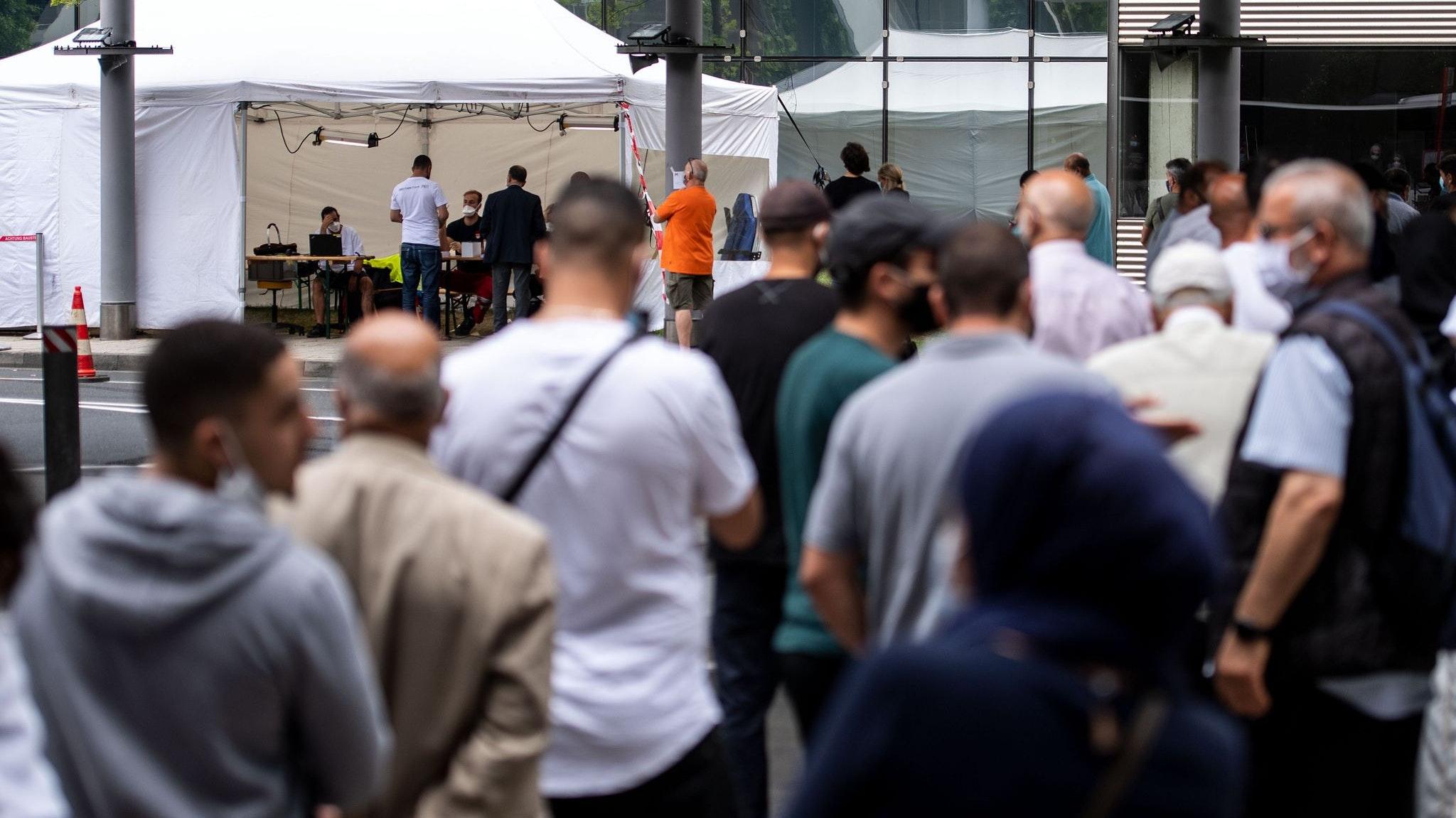 Bereits seit dem Wochenende sind freiwillige Tests für Rückkehrer aus Risikogebieten auf mehreren deutschen Flughäfen -wie hier am Flughafen Flughafen Köln/Bonn - möglich. Foto: dpa/Becker