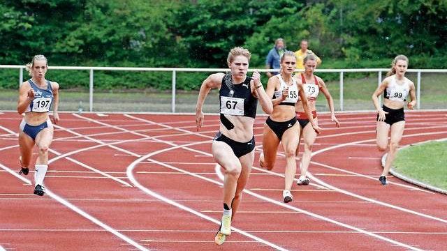 Auf und davon: Talea Prepens (Vordergrund) setzte sich im Rennen über 200 Meter in einer Zeit von 23,88 Sekunden durch. Foto: Harald Prepens