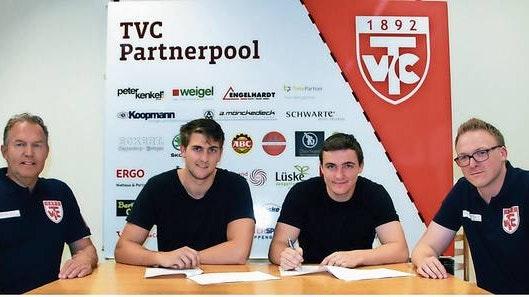 Die Tinte ist trocken: Jeppe Villsumen (Zweiter von links) und Mikkel Beck (rechts daneben) unterschrieben die Verträge im Beisein des Sportlichen Leiters Georg Engelhardt (links) und Maik Niehaus (Geschäftsführer TVC-GmbH). Foto: Christian Bien