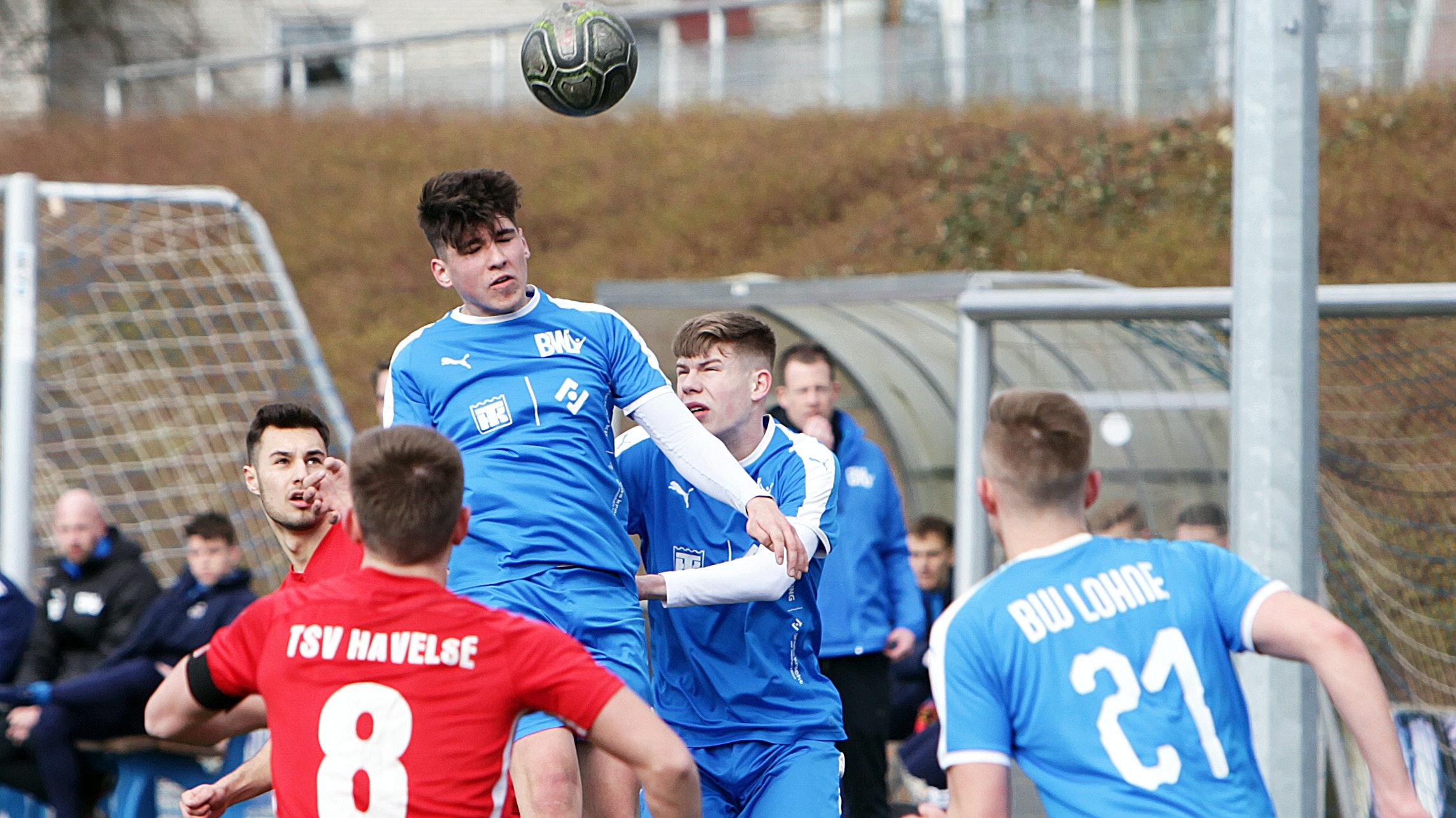 Kopfballeinsatz für BWL: Lohnes A-Jugendlicher Kevin Kempel (Mitte). Foto: Schikora