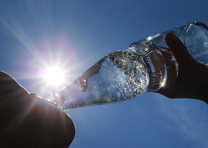 Trinken ist wichtig bei Hitze. Aber eiskalte Getränke belasten eher den Körper. Foto: dpa
