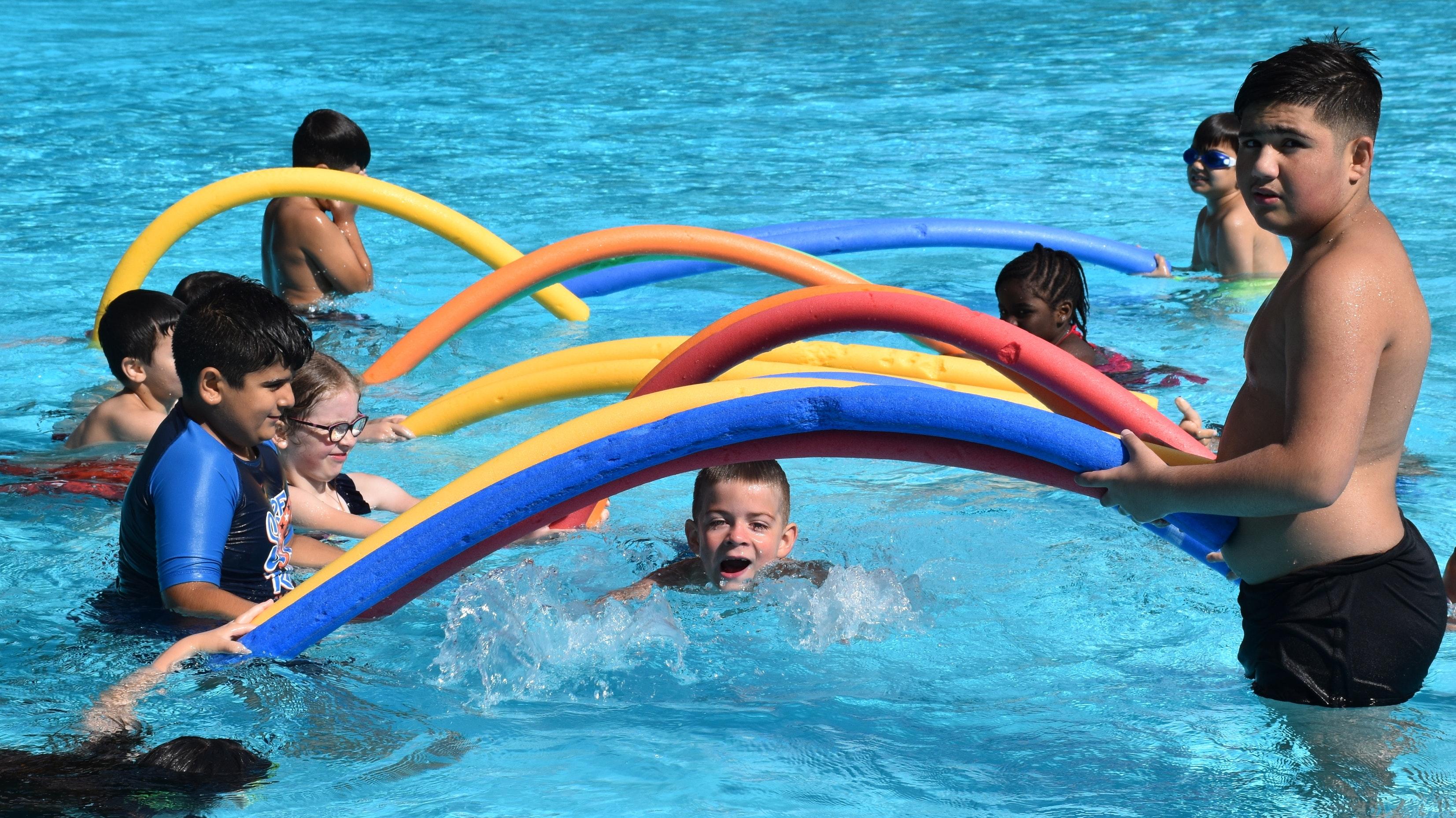 """Ab durch den """"längsten Tunnel Lohnes"""": Bei der """"Aktion Rettungsring"""" lernen die Kinder das Schwimmen. Foto: Kessen"""