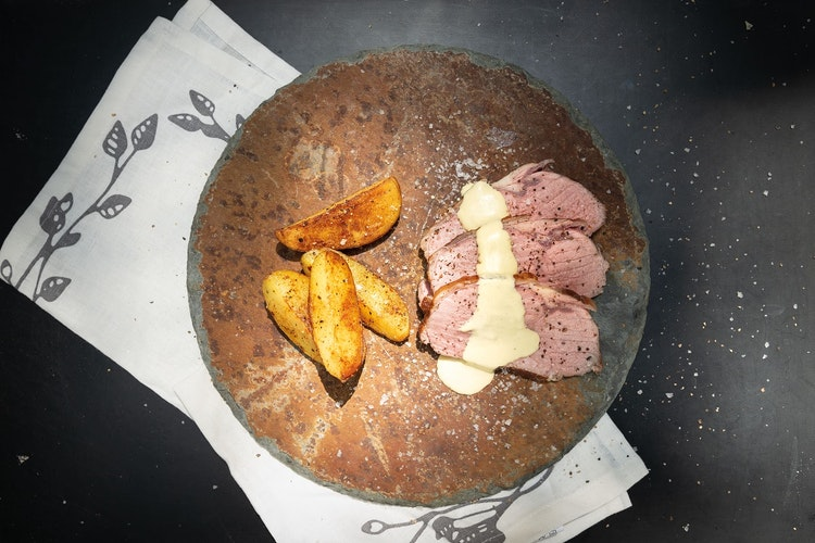 Leckere Rezeptidee: ein Kalbsrücken Sous-vide mit Röstkartoffeln. Foto: djdAMC