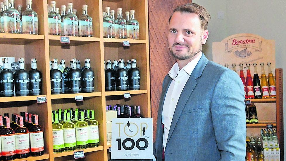 Stolz auf die Auszeichnung: Berentzen-Vorstand Schwegmann mit dem von compamedia vergebenen Innovationspreis Top 100. Foto: Willi Siemer