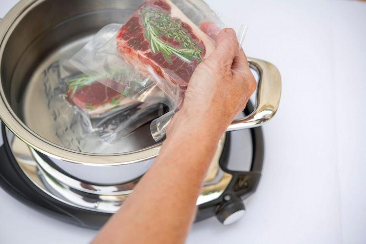 Die Speisen werden im Vakuum mit Niedrigtemperatur gegart und erhalten so ihr natürliches Aroma. Foto: djdAMC