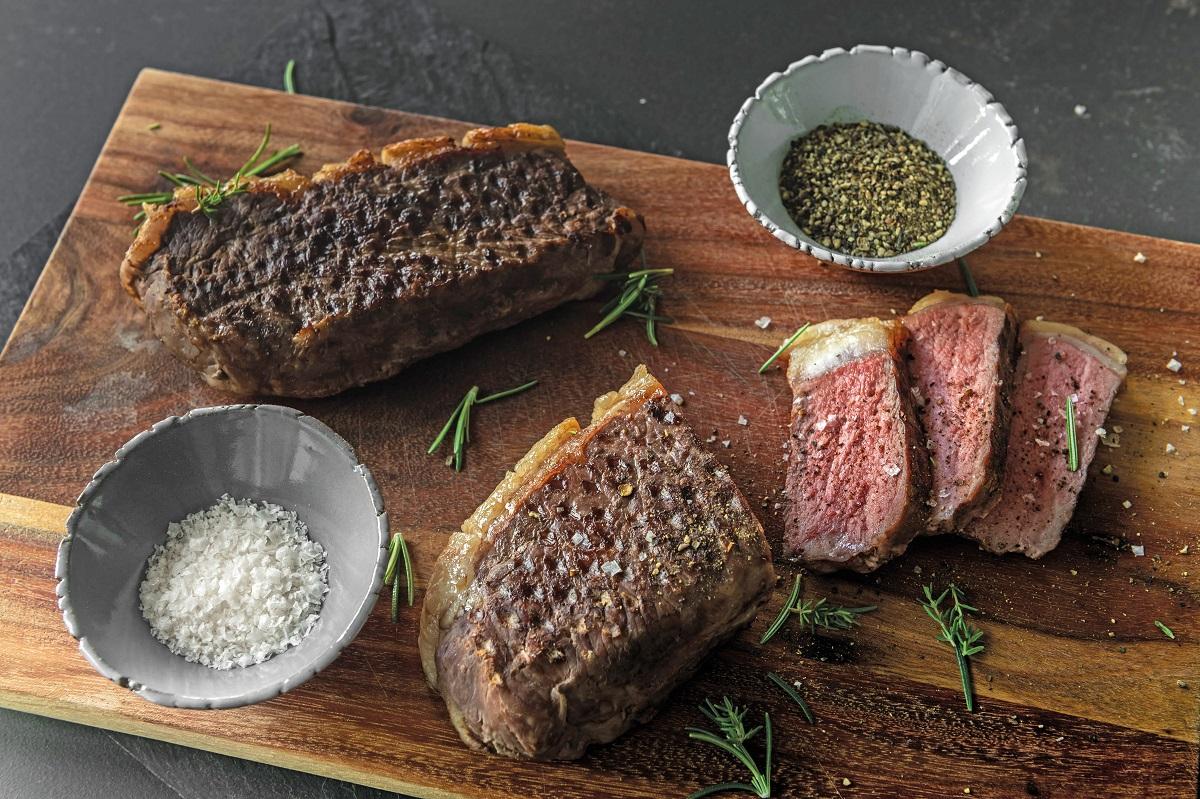 Mit dem richtigen Kochgeschirr gelingt ein sous-vide gegartes Entrecôte ganz einfach. Foto: djd/AMC