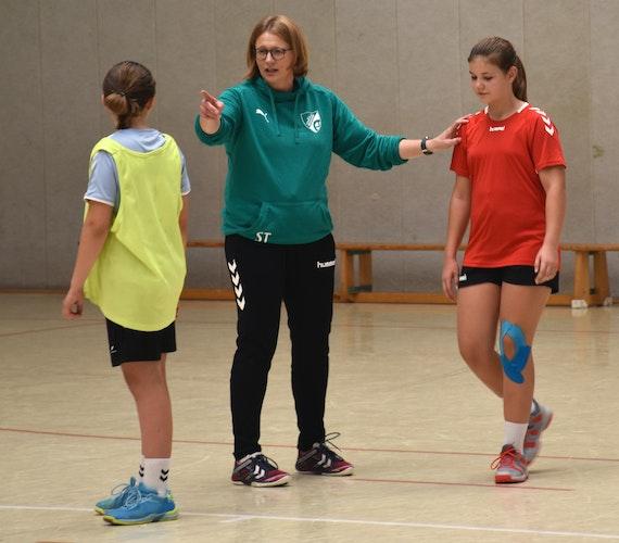 Erklärungsbedarf: Sandra Trenkamp dirigiert ihre Mädels aus der C-Jugend für eine Trainingsübung.