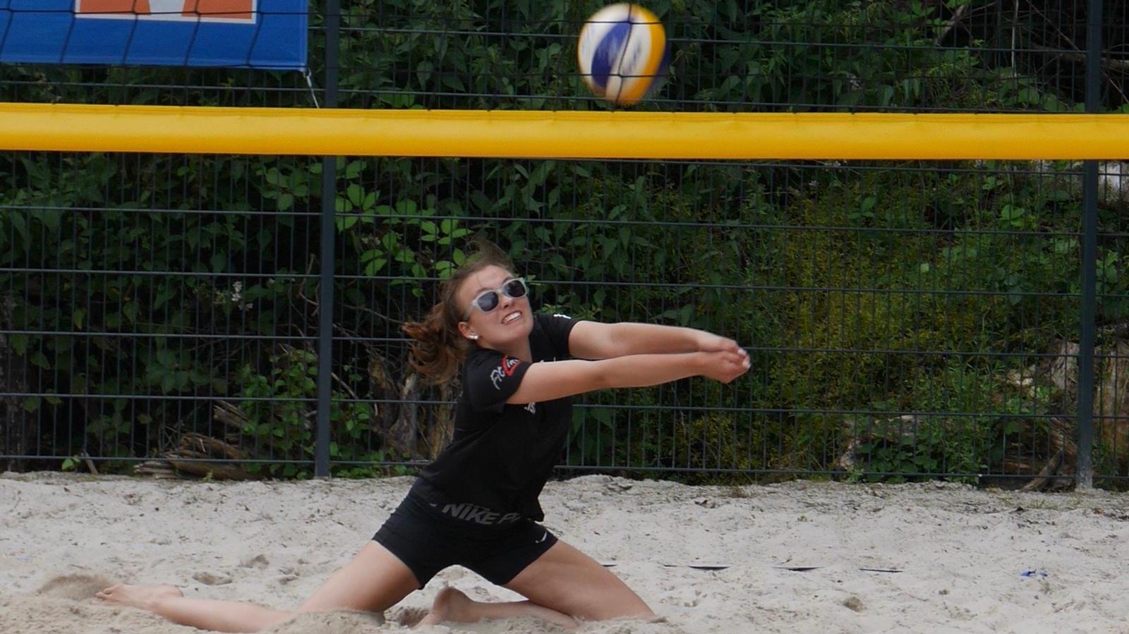 Einsatz im Sand: Lohnes Lisa-Marie Schreckenberg belegte mit Partnerin Zoe Kreymborg Platz 4 im Nordwesten. Foto: Heseding