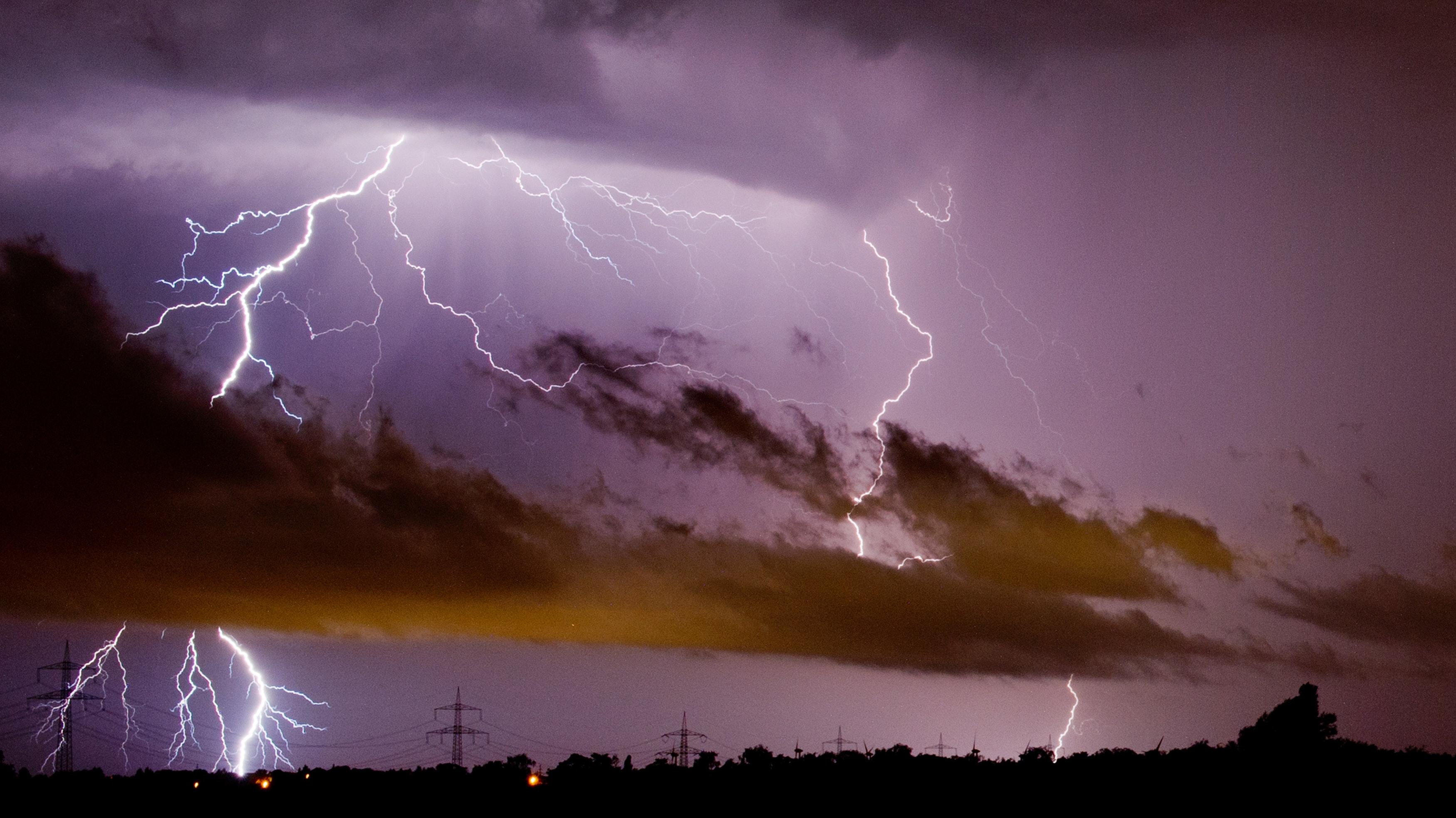 Gewaltiges Naturschauspiel: Im Oldenburger Münsterland waren derartige Blitzereignisse zuletzt aber selten. Foto: dpa/Stratenschulte