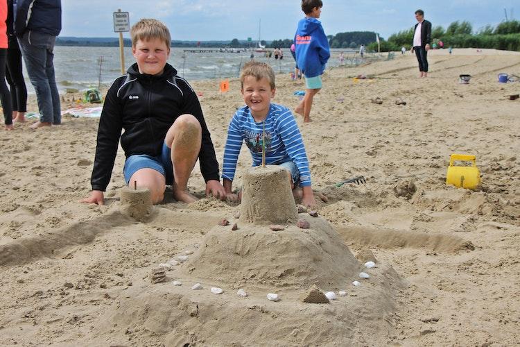 Ole und Mattis Reinken aus Damme vor ihrer Sandburg. Foto: Oevermann
