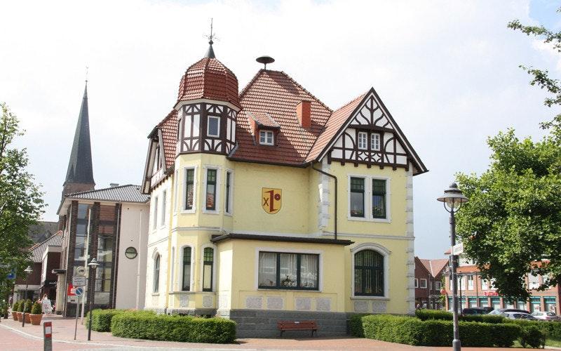 Einer von drei Standorten der Dinklager Verwaltung ist das historische Rathaus. Dort arbeitet aber nur eine Handvoll Mitarbeiter. Foto: Honkomp