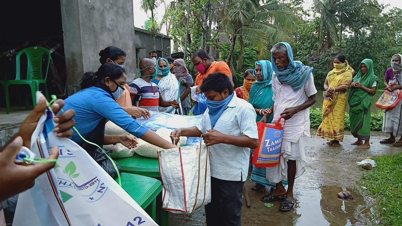 Für die, die es am dringendsten brauchen: Verteilung von Waren an Bedürftige, die durch Zyklon und Corona in Indien besonders hart getroffen sind. Foto: privat