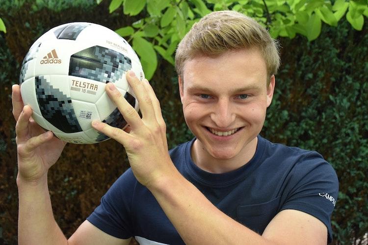 Die Ball sicher in der Hand: Marius Wempe ist Torwart bei Arminia Rechterfeld. Foto: Klöker