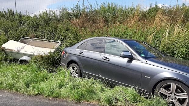 Zu wenig Profil: Auto schleudert mit Anhänger über A1
