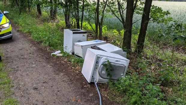 Haushaltsgeräte im Wald entsorgt