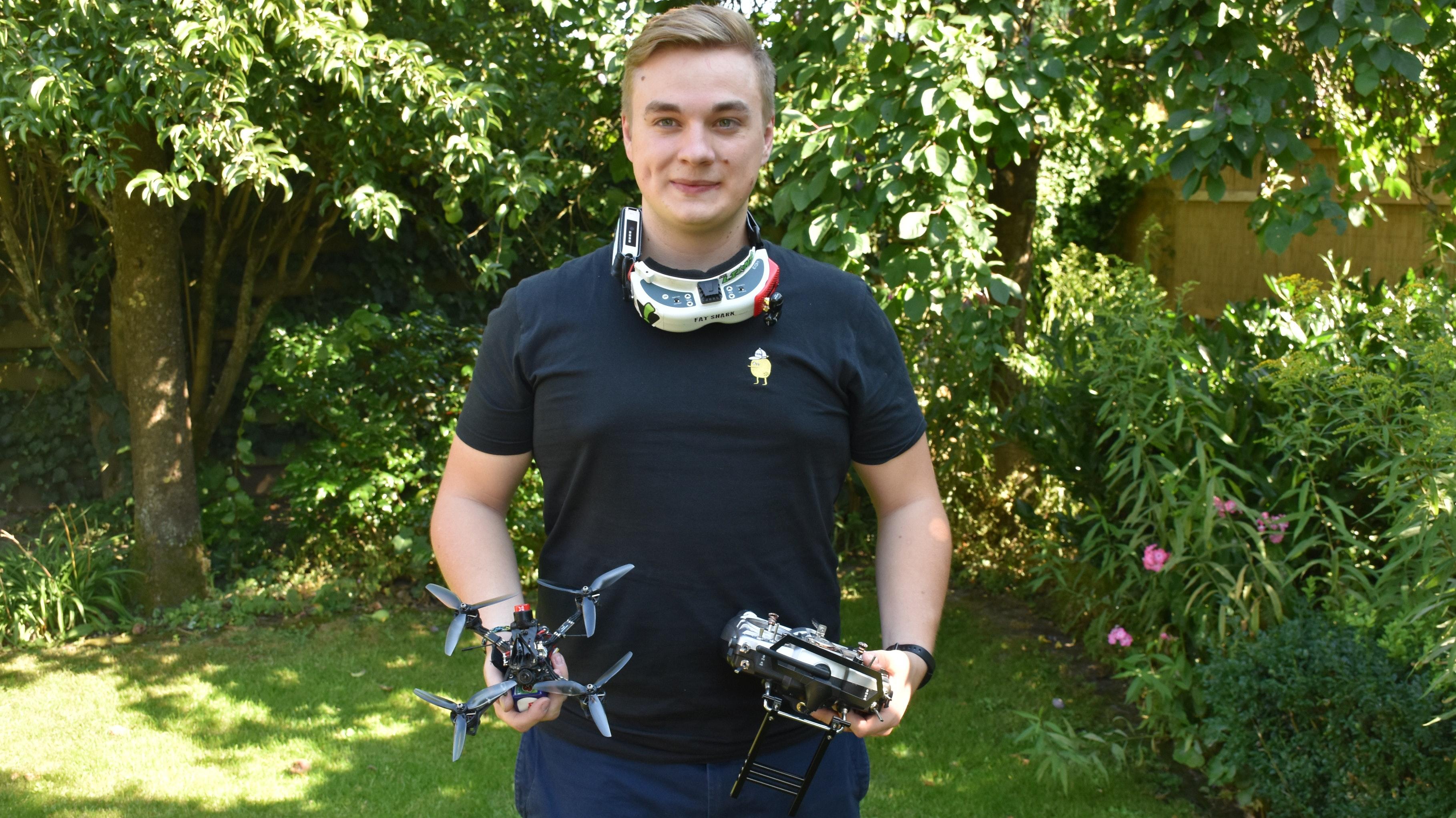 Drohne, Brille und Joystick: Beim Drohnenracing wird viel Equipment benötigt. Foto: Kessen