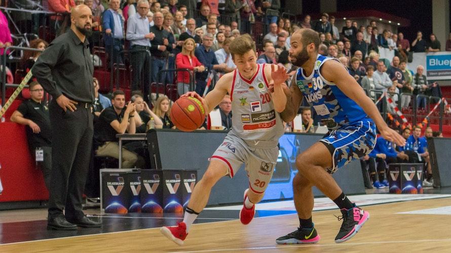 Ein neuer Guard für Rasta: Jannes Hundt (links), hier im ProA-Spiel mit den Artland Dragons gegen Karlsruhe. Foto: ProAPieper