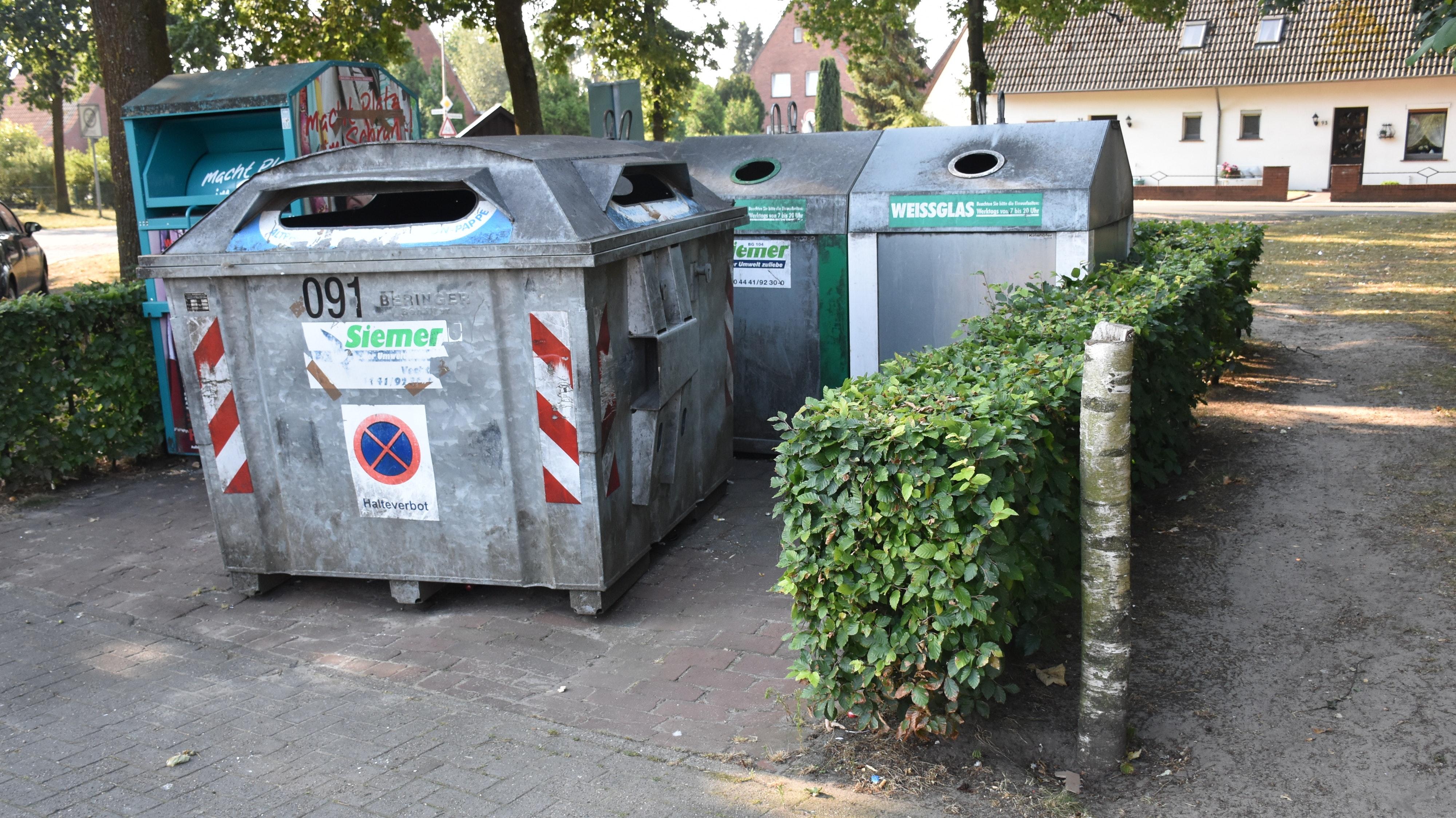 Ausnahmsweise gibt es nichts zu klagen: Im Januar dieses Jahres waren die Altglascontainer beim Nahversorger Kohorst-Langer an der Breslauer Straße völlig überfüllt. Aktuell ist der Entsorgungsplatz sauber – das Thema bewegt dennoch die Gemüter. Foto: Timphaus