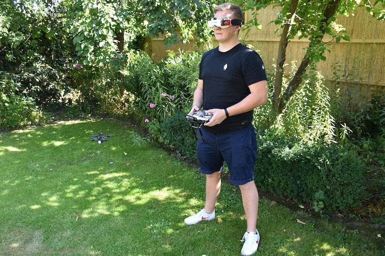 Komplett auf das Fliegen fixiert: Niklas Brock steuert eine seiner Drohne im Garten. Foto: Kessen